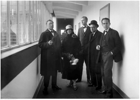 Einweihung des neuen Bauhaus.  Von links nach rechts: Wassily Kandinsky, Nina Kandinsky, Georg Muche, Paul Klee und Walter Gropius, Dessau, 4. Dezember 1926. Fotografie von Walter Obschonka.