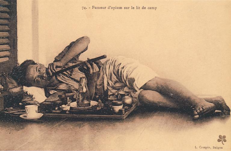 L. Crespin, Fumeur d'opium sur un lit de camp,