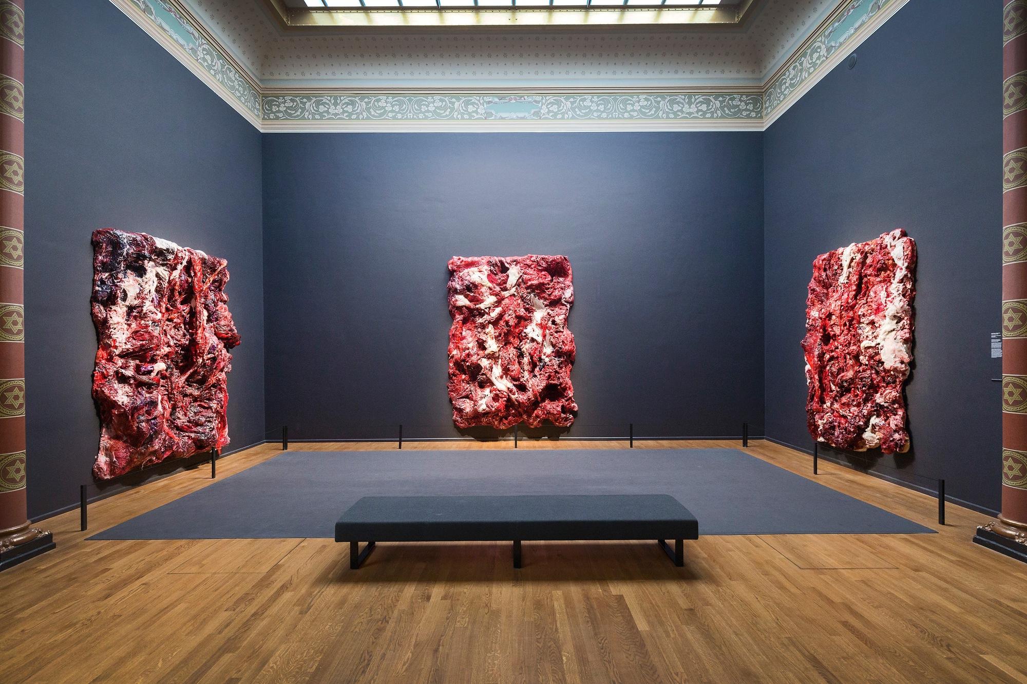 Anish Kapoor, Inneres Objekt in drei Teilen, 2013-2015. Silikon und Farbstoff, je 293 x 218 x 40 cm. Rijksmuseum, Amsterdam.