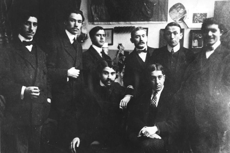 Amadeo de Souza-Cardoso with friends at the workshop of  Manuel Bentes. Paris, 1907.