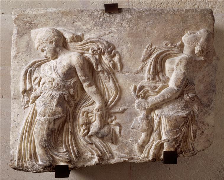 Ménades dansant, œuvre romaine, 1er siècle après J.-C. Marbre, 42,5 × 56 cm. Musée du Louvre, Paris.